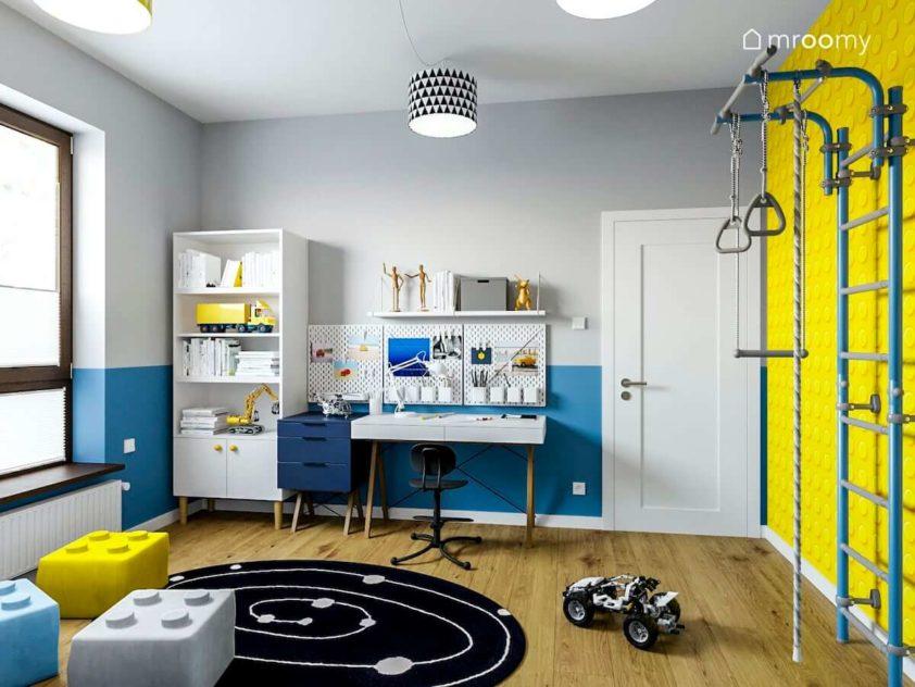 Drabinka gimnastyczna tapeta lego białe biurko i regał czarny dywan i pufy klocki w pokoju szkolnego chłopca