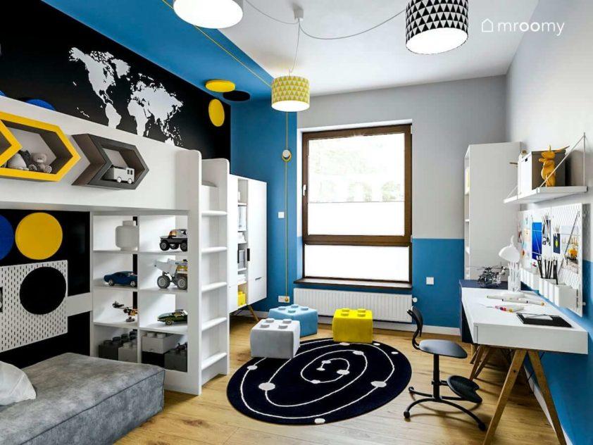 Pokój chłopca w żywe kolory niebieski szary czarny żółty z łóżkiem antresolą biurkiem i abażurami w trójkąty