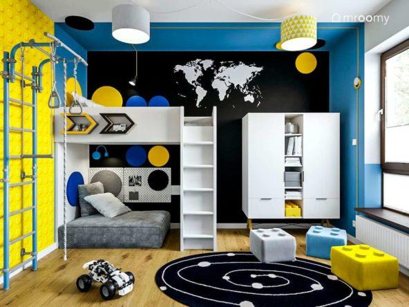 Czarna ściana z mapą niebieskie ściany białe meble strefa spania z antresolą w pokoju dziesięcioletniego chłopca