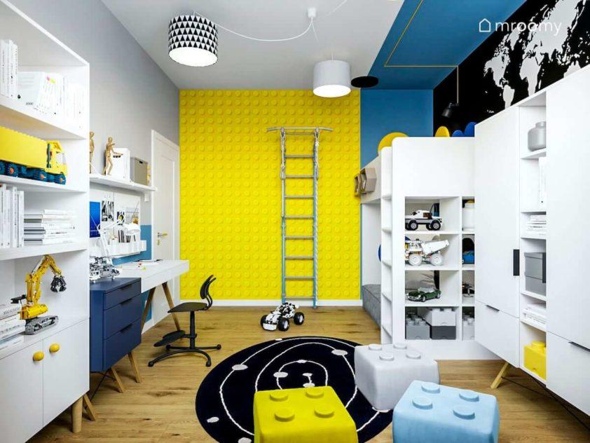 Żółta tapeta w klocki lego drabinka piętrowe łóżko białe meble i niebieskie czarne kolory w pokoju chłopca miłośnika lego