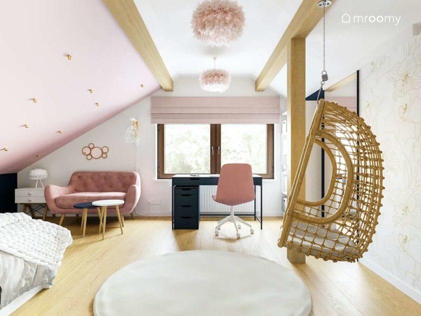 Pokój dla nastolatki na poddaszu z różowymi dodatkami fotelem wiszącym sofą tapicerowaną i miękkim dywanem