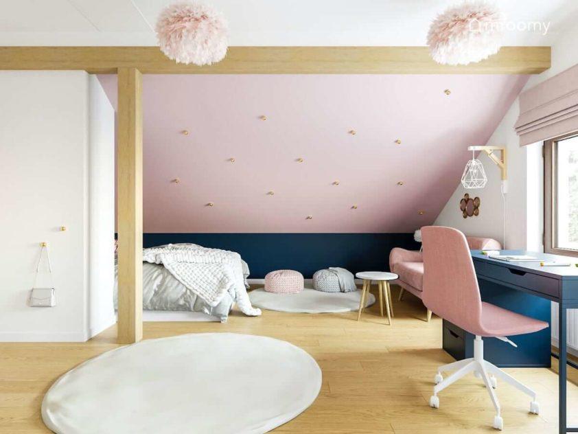 Granatowe biurko różowe krzesło ściana ze skosem łóżko i biała szafa w dużym poddaszowym pokoju dla dziewczynki