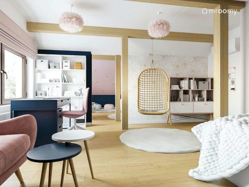 Duży pokój dla nastolatki w jasnych kolorach z dużą ilością pudrowego różu i ciemnymi meblami z wiszącym fotelem i tapetą w kwiatki