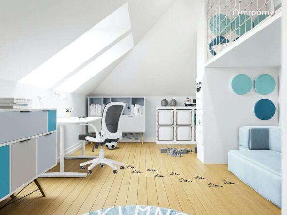 Pokój dla kilkuletniego chłopca z białymi ścianami regałami i błękitną sofą podłoga ozdobiona naklejanymi śladami dinozaura na ścianach miękkie niebieskie panele