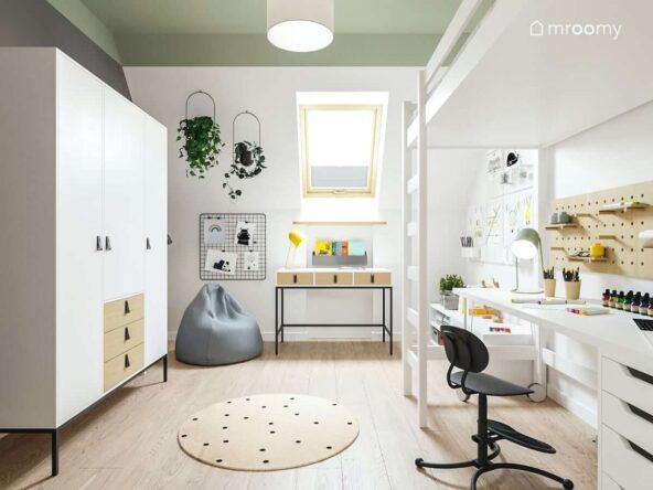 Jasny praktyczny pokoik dla dziewczynki z dwoma biurkami szafą i łóżkiem na antresoli i zielonym sufitem