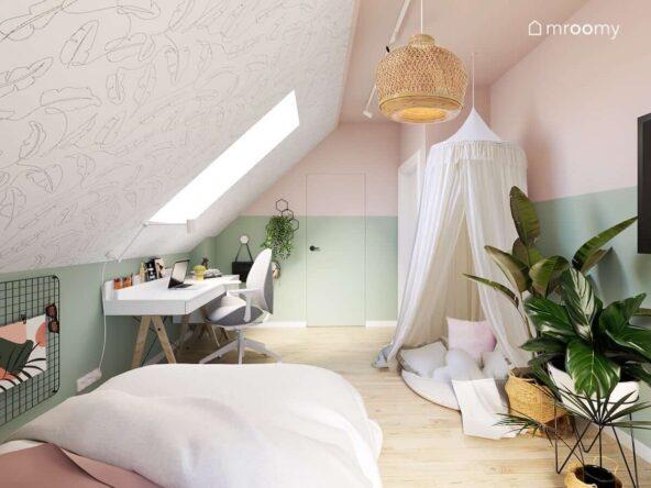 Zielono różowy poddaszowy pokój dla dziewczynki z białym biurkiem wygodnym kącikiem z poduszek oraz tapetą w liście i kwietnikiem na jednej ze ścian