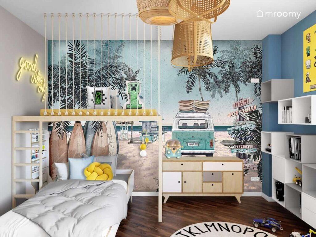 Pokój kilkuletniego chłopca z tapetą przestawiającą kalifornijską plażę z palami i starym Vanem antresolą z miejscem do odpoczynku i łóżkiem ze sklejki