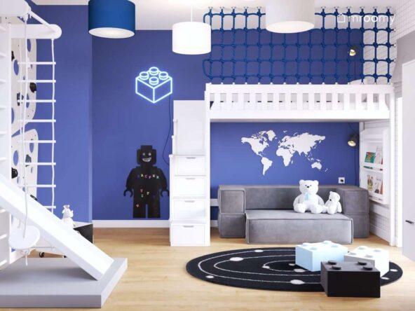 Niebiesko-biały pokój dla fana klocków lego z łóżkiem na antresoli z siatką zabezpieczającą drabinką gimnastyczną ledonem i tablicą magnetyczną w kształcie ludzika lego