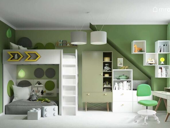 Zielony pokój dla kilkuletniego chłopca z łóżkiem na antresoli białymi i zielonymi meblami ścianką wspinaczkową oraz przytulnym kącikiem pod antresolą