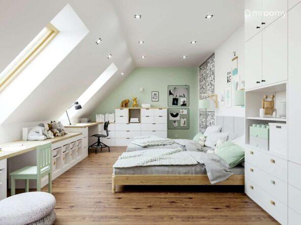 Biało miętowy poddaszowy pokój dla dwóch dziewczynek z białą szafą komodą modułową i regałem z pojemnikami na zabawki oraz ścianami ozdobionymi licznymi plakatami