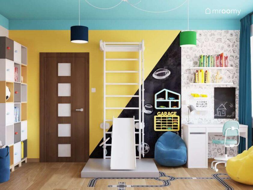 Kolorowy pokój dla rodzeństwa z drabinką gimnastyczną ze zjeżdżalnią kolorowymi półkami na zabawki pufą sako oraz biurkiem nad którym znajdują się organizery i półki na książki