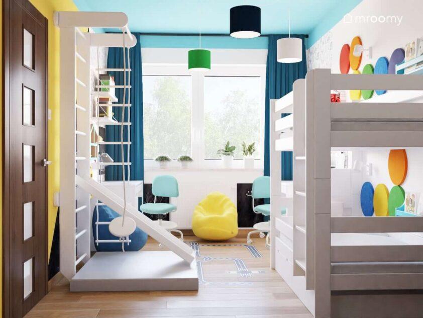 Kolorowy pokój dla dwóch chłopców z łóżkiem piętrowym drabinką gimnastyczną ze zjeżdżalnią oraz lampą sufitową z różnokolorowymi abażurami