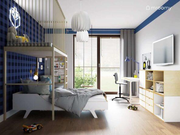 Biało niebieski pokój dla chłopca z regałem modułowym ze sklejki białym biurkiem oraz łóżkiem nad którym znajduje się antresola