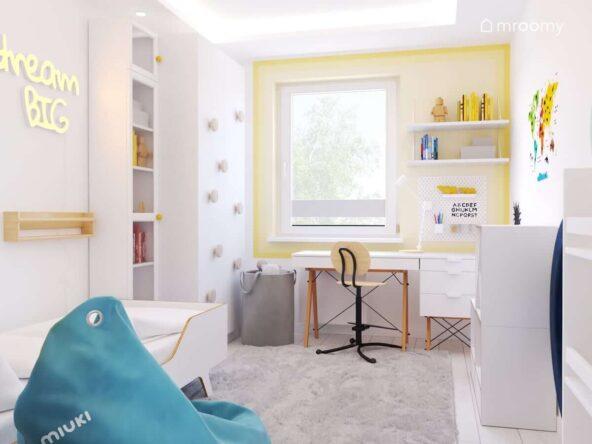 Biały pokój dla chłopca z białymi meblami z drewnianymi elementami szarym koszem na zabawki oraz niebieską pufą sako a także żółtym gradientem wokół okna