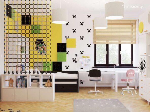 Strefa wypoczynku dla brata oraz strefa nauki z białymi biurkami dla obojga rodzeństwa w pokoju brata i siostry ze ścianą ozdobioną żółtymi zielonymi czarnymi panelami ściennymi