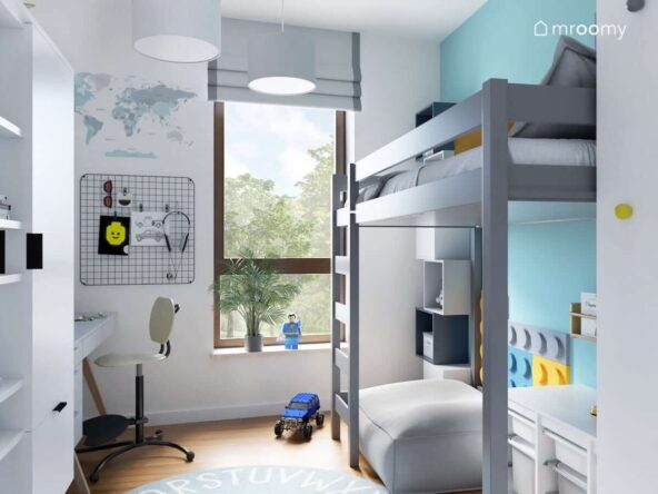 Biało niebieski pokój dla chłopca z szarym łóżkiem na antresoli oraz czarnym organizerem i mapą świata na ścianie