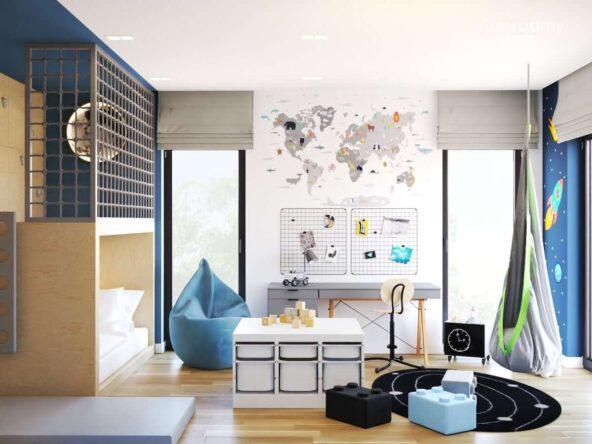 Pokój dla chłopca z antresolą biurkiem z organizerami ściennymi a także z mapą świata na ścianie pufami do siedzenia i huśtawką hamakiem