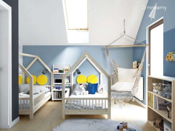 Ściany ozdobione tapetą w samoloty oraz naklejką z balonem w urokliwym pokoju dla dwóch chłopców