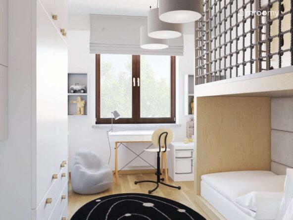 Jasny pokój dla chłopca z biało drewnianymi meblami oraz szarymi dodatkami i antresolą z siatką nad łóżkiem