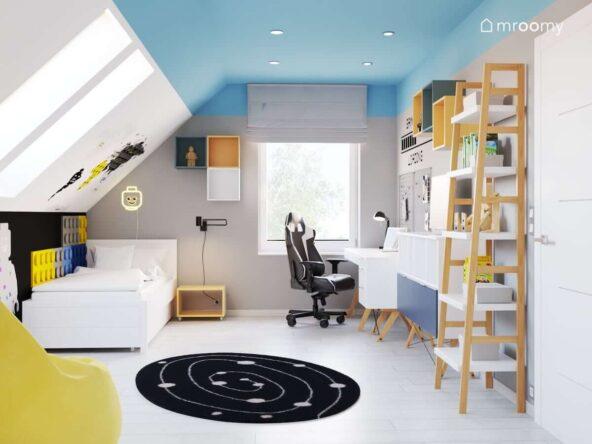 Biało niebieski poddaszowy pokój dla chłopca z białymi meblami i żółtymi akcentami i błękitnym sufitem