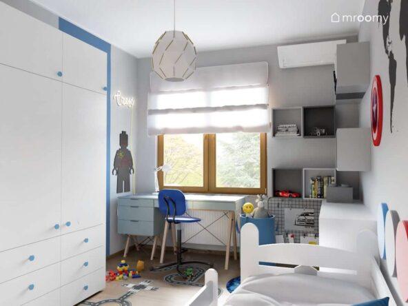 Biało szaro niebieski pokój dla chłopca z niebieskim biurkiem i kontenerkiem na drewnianych nogach oraz z wieloma szafkami ściennymi