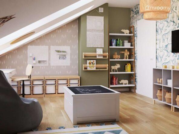 Leśny pokój dla miłośnika natury ze ścianami w kolorze szarym i zielonym oraz z drewnianymi meblami i tapetą w choinki