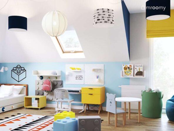 Radosny biało niebieski pokój dla kilkulatka z żółtymi elementami oraz dodatkami z motywem klocków Lego