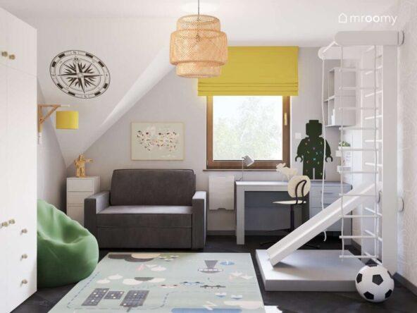 Biały pokój małego podróżnika z zielonymi i żółtymi dodatkami oraz białymi i szarymi meblami