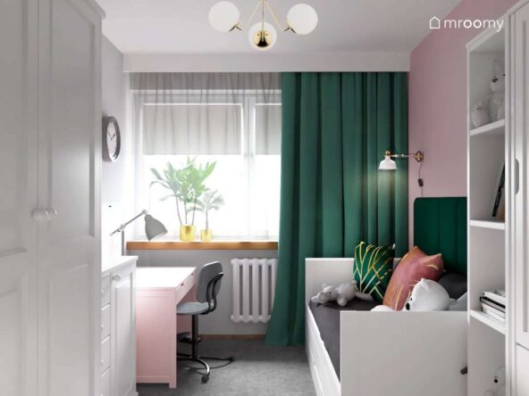 Biało różowy pokój dla dziewczynki z białym łóżkiem uzupełnionym zielonymi panelami ściennymi różowym biurkiem oraz zielonymi zasłonami