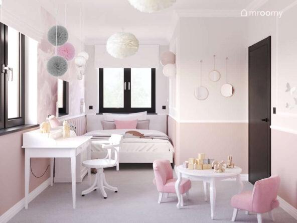 Biała zabudowa meblowa a także białe biurko z nadstawką oraz okrągły stolik dla dzieci i foteliki tapicerowane z króliczymi ogonkami w pokoju dla kilkulatki