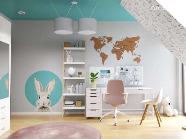 Strefa nauki w szaro turkusowym pokoju dla dziewczynki a w niej biurko organizer ścienny tablica magnetyczna drewniana mapa świata i regał w kształcie drabinki oraz naklejka w kształcie królika