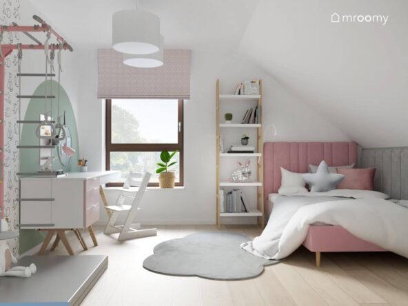 Różowe tapicerowane łóżko regał w kształcie drabinki oraz biało różowe biurko a na podłodze dywanik w kształcie chmurki w pokoju dla dziewczynki