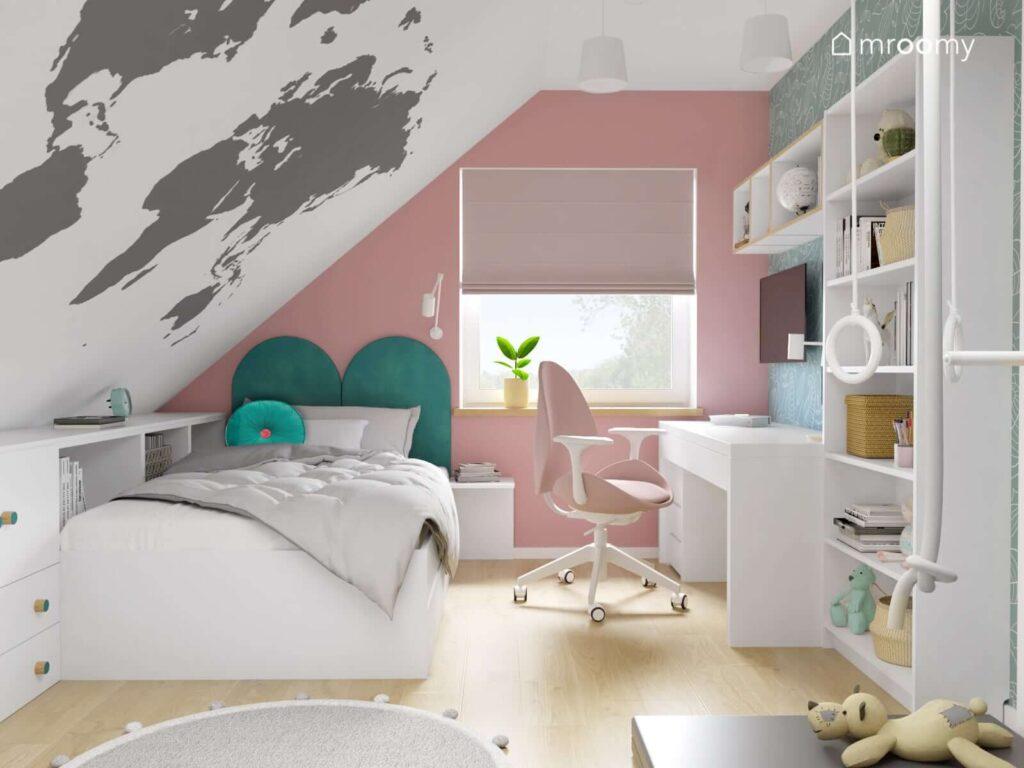 Biało różowy pokój dla dziewczynki z białym biurkiem z różowym krzesłem oraz z łóżkiem uzupełnionym morskimi panelami ściennymi