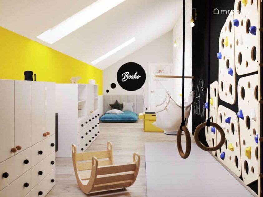 Bawialnia dla rodzeństwa z wieloma szafkami modułowymi ścianką wspinaczkową oraz bujakiem i fotelem wiszącym