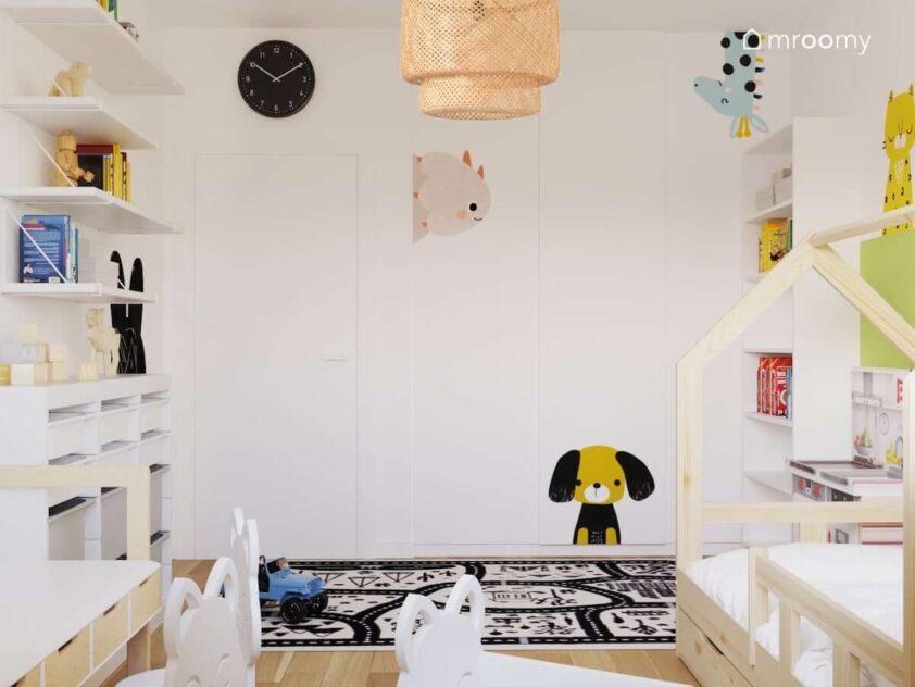 Biały pokój dla rodzeństwa ze ścianami ozdobionymi naklejkami w kształcie zwierząt oraz białymi i drewnianymi meblami