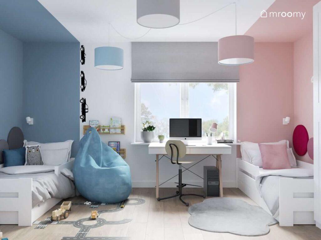 Pokój dla brata i siostry podzielony na dwie strefy niebieską i różową w których znajduje się białe łóżka a między nimi biurko i pufa sako