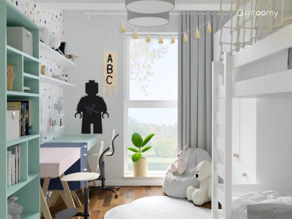 Jasny pokój dla brata i siostry z szarymi dodatkami tablicą kredową w kształcie ludzika Lego oraz kolorowymi biurkami