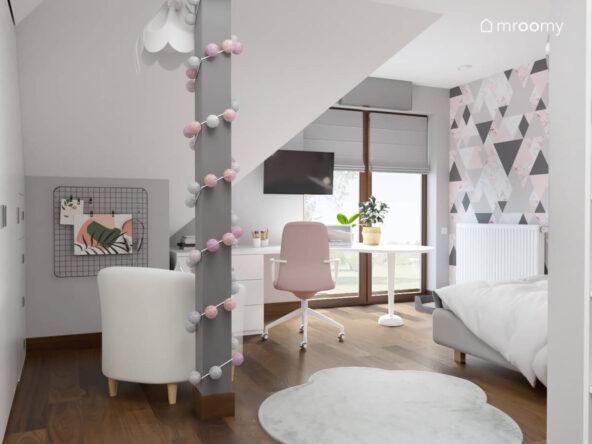 Jasny poddaszowy pokój dla dziewczynki ze ścianą w trójkąty filarem ozdobionym girlandą cotton balls oraz białym fotelem i dywanem w kształcie chmurki