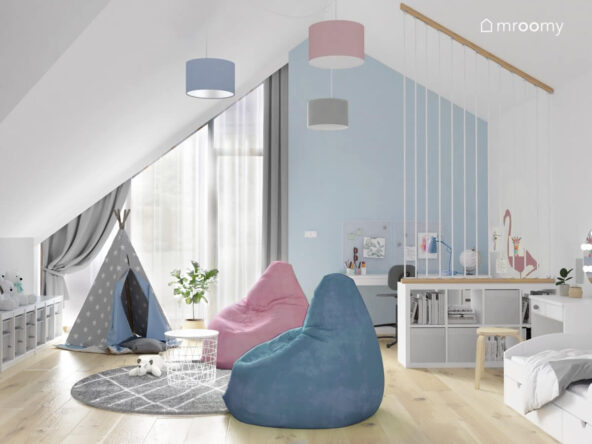 Biało niebieski pokój dla dziewczynki w wieku szkolnym a w nim biała i niebieska pufa namiot tipi oraz lampa sufitowa z abażurami w różnych kolorach